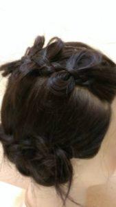髪の毛にリボンを付ける。