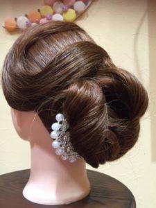 「このヘアドレスを活かしたデザインにせよ」